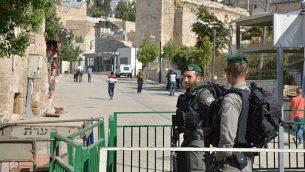 شرطة حرس الحدود تحرس محطة بالقرب من الحرم الإبراهيمي في الخليل، حيث تم قام خبراء متفجراء بإبطال مفعول عبوة ناسفة في 10 يونيو، 2018. (الشرطة الإسرائيلية)