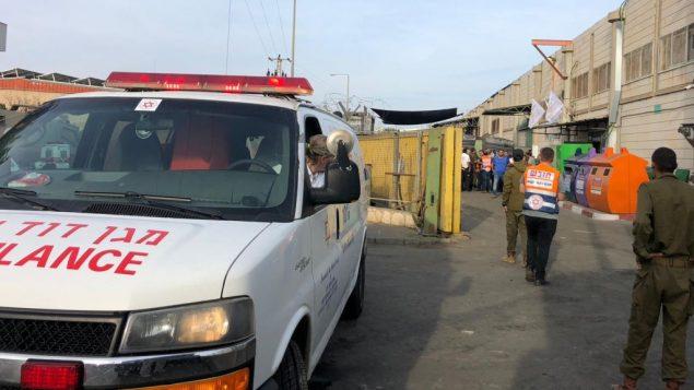 مسعفون وقوات الأمن في ساحة هجوم اطلاق نار في مجمع باركان الصناعي في شمال الضفة الغربية، 7 اكتوبر 2018 (Magen David Adom)