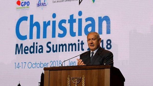 رئيس الوزراء بينيامين نتنياهو يلقي كلمة في القمة السنوية للإعلام المسيحي في القدس، 14 أكتوبر، 2018. (Haim Tzach)