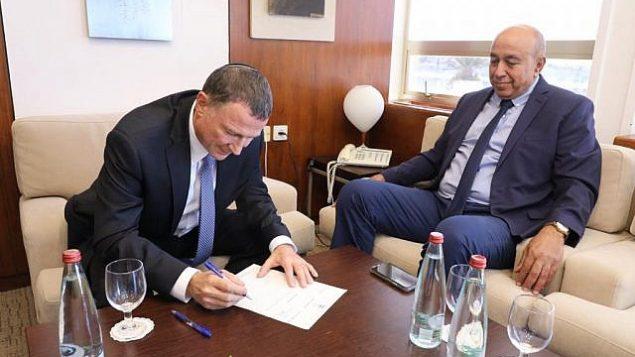 زهير بهلول (من اليمين) يقدم استقالته من الكنيست لرئيس الكنيست يولي إدلشتين، 16 أكتوبر، 2018. (الكنيست)