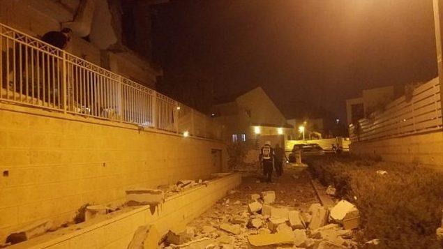 آثار هجوم صاروخي على منزل في مدينة بئر السبع في جنوب إسرائيل، 17 أكتوبر، 2018. (Magen David Adom)
