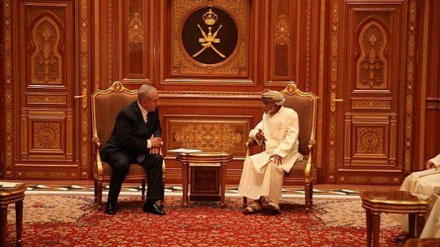 رئيس الوزراء بنيامين نتنياهو (يسار) يتحدث مع السلطان قابوس بن سعيد في عمان في 26 أكتوبر 2018 (Courtesy)