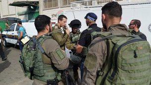 القوات الإسرائيلية في موقع هجوم إطلاق دامي في المنطقة الصناعية بركان في شمال الضفة الغربية، 7 أكتوبر، 2018. (الجيش الإسرائيلي)