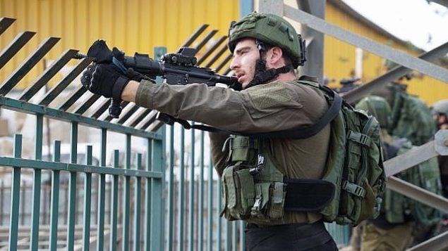 قوات الأمن تبحث عن المشتبه به بتنفيذ هجوم اطلاق نار دامي في مجمع باركان الصناعي في شمال الضفة الغربية، 7 اكتوبر 2018 (Israel Defense Forces)