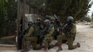 جنود إسرائيليون يقومون بعمليات بحث عن المشتبه به في هجوم إطلاق النار في بركان، أشرف نعالوة، في قرية الشويكة في شما الضفة الغربية، 7 أكتوبر، 2018. (الجيش الإسرائيلي)