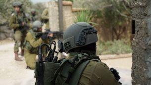قوات إسرائيلية تشارك في عمليات في قرية شويكة الواقعة في شمال الضفة الغربية في 7 أكتوبر، 2018. (الجيش الإسرائيلي)