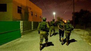 قوات إسرائيلية تشارك في عمليات في قرية الشويكة في شمال الضفة الغربية، بحثا عن مسلح من البلدة قتل إسرائيليين اثنين وأصاب ثالثة، في 7 أكتوبر، 2018. (الجيش الإسرائيلي)