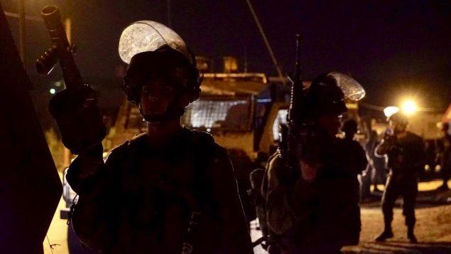 قوات إسرائيلية تشارك في عمليات في قرية الشويكة في شمال الضفة الغربية، بحثا عن مسلح من البلدة قتل إسرائيليين اثنين وأصاب ثالثة، في 8 أكتوبر، 2018 (الجيش الإسرائيلي)