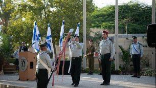 رئيس هيئة الأركان العامة للجيش الإسرائيلي غادي آيزنكوت يمنح رسال ثناء لفرقة غزة في الجيش الإسرائيلي في مقرها في كيبوتس رعيم، بالقرب من الحدود مع غزة، 10 أكتوبر، 2018. (الجيش الإسرائيلي)