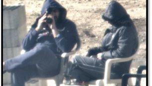 رجال لبنانيون، يدعي الجيش الإسرائيلي انهم تابعون لتنظيم حزب الله، ينظرون نحو اسرائيل من نقطة مراقبة بالقرب من الحدود، في صور نشرها الجيش في 22 امتوبر 2018 (الجيش الإسرائيلي)