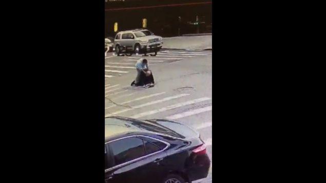 صورة شاشة من فيديو يظهر اعتداء على رجل يهودي متشدد في بروكلين (screen capture: Twitter)