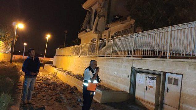 نتائج هجوم صاروخي على منزل في مدينة بئر السبع في جنوب إسرائيل، 17 أكتوبر، 2018. (Magen David Adom)