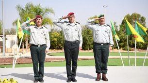 الجنرال يهودا فوكس، يسار، الجنرال هرتسي هاليفي، رئيس القيادة الجنوبية للجيش الإسرائيلي، مركز، والجنرال إليعيزر توليدانو في احتفال لتعيين الأخير كرئيس جديد لقسم اليش الإسرائيلي في غزة، 24 أكتوبر 2018. (المتحدث باسم الجيش الإسرائيلي)