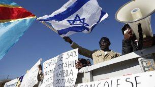 ناشطون كونغوليون يتظاهرون خارج مكتب رئيس الوزراء نتنياهو في القدس في 18 كانون الأول / ديسمبر 2011، مطالبين الحكومة الإسرائيلية بتجاهل الرئيس الكونغولي المنتخب حديثا جوزيف كابيلا وزعيم المعارضة إيتيين تشسيكيدي بدلاً من ذلك. (Miriam Alster/Flash90)