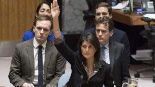 توضيحية: السفيرة الأمريكية لدى الأمم المتحدة نيكي هايلي تصوت ضد مشروع قرار مجلس الأمن حول القدس في 18 ديسمبر، 2017.  (Eskinder Debebe/UN)