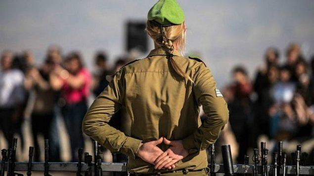 صورة توضيحية لقائدة في الجيش الإسرائيلي في مراسم أداء اليمين للنساء في 18 فبراير / شباط 2015. (وحدة الناطق بلسان الجيش الإسرائيلي / فليكر)