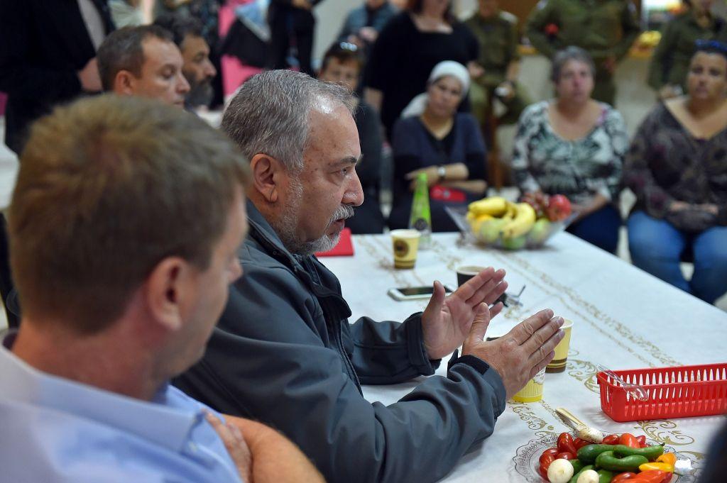 وزير الدفاع افيغادور ليبرمان يتحدث مع سكان المنطقة المحيطة بغزة في كيبوتس كيريم شالوم، 26 اكتوبر 2018 (Ariel Hermoni/ Defense Ministry)