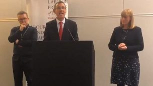 السفير الإسرائيلي لدى بريطانيا مارك ريغيف (وسط الصورة) يلقي كلمة أمام اجتماع ل'أصدقاء إسرائيل في حزب العمال'، إلى جانبه يقف نائب رئيس حزب العمال، توم واتسون (من اليسار) ورئيسة لجنة 'أصدقاء إسرائيل في حزب العمال'، جوان ريان.