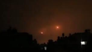فيديو يظهر كما يُزعم الصاروخين اللذين تم إطلاقهما من قطاع غزة في أعقاب صاعقة برق في 17 أكتوبر، 2018. (لقطة شاشة)