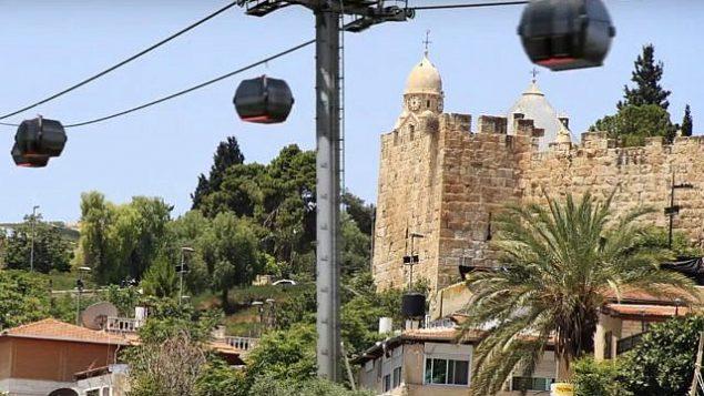 """العربات السلكية المعلقة المخطط لها في المدينة القديمة في القدس، كما يظهر في لقطة شاشة من فيديو من قبل المنظمة غير الحكومية """"عيميك شافي""""، التي تعارض المخطط."""