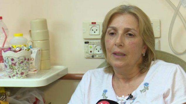 سارة فاتوري، التي اصيبت خلال هجوم اطلاق نار دامي في منطقة باركان الصناعية في الضفة الغربية، تتحدث مع صحفيين، 8 اكتوبر 2018 (Screen capture: Hadashot news)