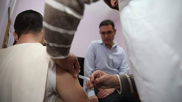 مريض يحصل على تطعيم ضد الحصبة في القدس، نوفمبر 2018. (وزارة الصحة)