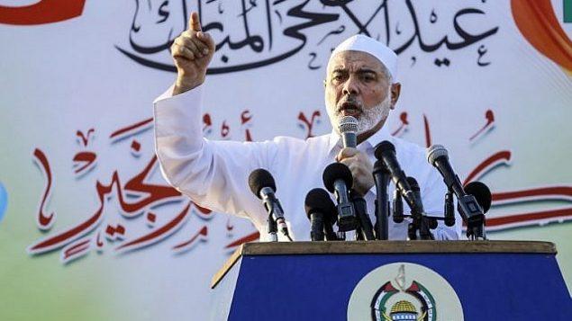 رئيس المكتب السياسي لحركة حماس يلقي بخطاب في اليوم الأول من عيد الأضحى في مدينة غزة، 21 اغسطس، 2018. (AFP Photo/Anas Baba)