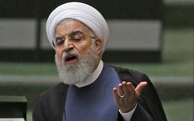 الرئيس حسن روحاني يتحدث في البرلمان الإيراني في العاصمة طهران، في 28 آب / أغسطس، 2018. (AFP PHOTO / ATTA KENARE)