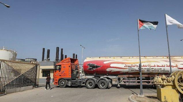 ناقلة وقود تنقل الوقود إلى محطة النصيرات لتوليد الطاقة في قطاع غزة في 24 أكتوبر 2018. (Mahmud Hams/AFP)