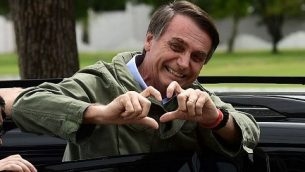 جاير بولسونارو يحييي مناصريه خلال الجولة الثانية من الإنتخابات الرئاسية، في ريو دي جانيرو، البرازيل، 28 أكتوبر، 2018. (MAURO PIMENTEL / AFP)