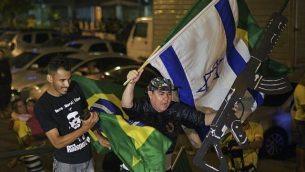 مناصرو المشرع اليميني المرشح الرئاسي عن الحزب الليبرالي الاجتماعي، جاير بولسونارو، يحتفلون في ريو دي جانيرو، بعد فوز النقيب السابق في الجيش بالإنتخابات الرئاسية في البرازيل، 28 أكتوبر، 2018.  (CARL DE SOUZA / AFP)