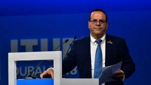 """وزير الاتصالات أيوب قرا يلقي خطاب خلال مؤتمر """"المندوبين المفوضين للإتحاد العام"""" في دبي، 30 أكتوبر، 2018. (STRINGER / AFP)"""