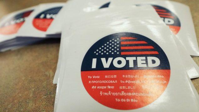 ملصق 'انا صوتت' في صندوق اقتراع في لوس انجيليس، 4 نوفمبر 2018 (ROBYN BECK / AFP)