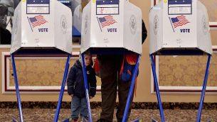 ناخب أمريكي يدلي بصوته في الانتخابات النصفية في محطة إقتراع في المركز اليهودي 'إيست ميدوود' في  حي بروكلين في مدينة نيويورك، 6 نوفمبر، 2018. (Angela Weiss / AFP)
