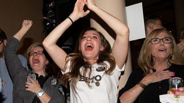 نساء مبتهجات خلال مشاهدتهن لنتائج الإنتخابات في حفل ليلة الإنتخابات للحزب الديمقراطي الذي أقيم في فندق 'دريسكيل' في 6 نوفمبر، 2018 في مدينة أوستين بولاية تكساس. (SUZANNE CORDEIRO / AFP)
