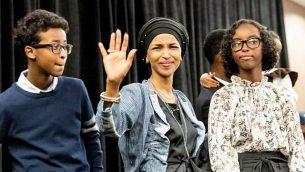 الهان عمر، التي تم انتخابها لمجلس النواب الامريكي، تحتفل مع داعميها بعد فوزها في منيسوتا، 6 نوفمبر 2018 (Kerem Yucel / AFP)
