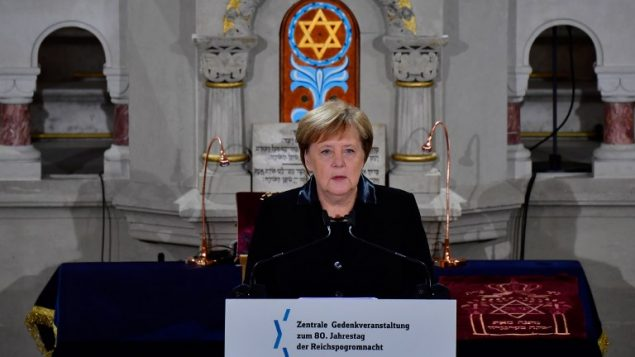 المستشارة الالمانية انغيلا ميركل خلال مراسيم احياء ذكرى ليلة البلور في كنيس في برلين، 9 نوفمبر 2018 (TOBIAS SCHWARZ / AFP)