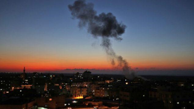 الدخان يتصاعد في اعقاب غارة جوية اسرائيلية في رفح، جنوب قطاع غزة، 12 نوفمبر 2018 (SAID KHATIB / AFP)