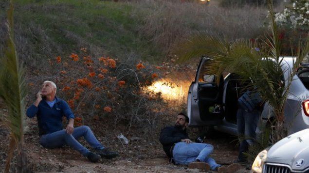 اسرائيليون يحتمون خلال اطلاق صواريخ من قطاع غزة، في بلدة سديروت جنوب اسرائيل، 12 نوفمبر 2018( Jack GUEZ / AFP)