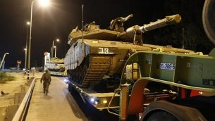 دبابات اسرائيلية في شارع سريع بالقرب من بلدة سديروت جنوب اسرائيل، 12 نوفمبر 2018 (Menahem KAHANA / AFP)