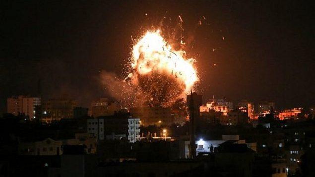 النيران فوق مبنى يحوي مقر قناة الاقصى في غزة خلال غارة جوية اسرائيلية، 12 نوفمبر 2018 (Bashar TALEB / AFP)