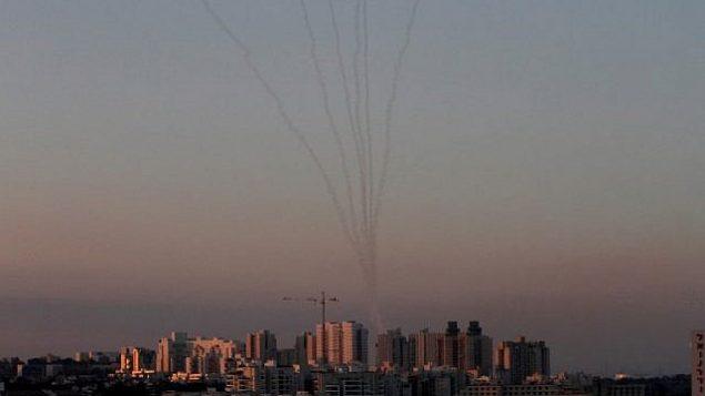 صواريخ من منظومة الدفاع الجوي 'القبة الحديدية' في جنوب إسرائيل تدمر صواريخ تم إطلاقها من قطاع غزة فوق أشكلون في 13 نوفمبر، 2018.  (Gil Cohen-Magen/AFP)