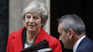 رئيسة وزراء بريطانيا تيريزا ماي تغادر شارع '10 داونينغ' ي لندن لإلقاء بيان حول مسودة اتفاق البريكست في البرلمان، 15 نوفمبر، 2018. (Tolga AKMEN / AFP)
