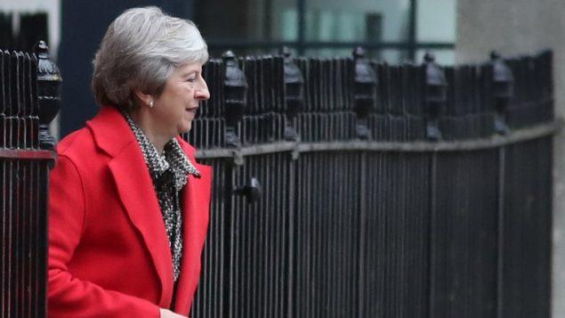 رئيسة وزراء بريطانيا تيريزا ماي تغادر شارع '10 داونينغ' ي لندن لإلقاء بيان حول مسودة اتفاق البريكست في البرلمان، 16 نوفمبر، 2018. ( LEAL-OLIVAS / AFP)