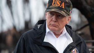 الرئيس الأمريكي دونالد ترامب ينظر إلى الأضرار الناجمة عن حرائق الغابات في ماليبو، كاليفورنيا، في 17 نوفمبر، 2018. (SAUL LOEB / AFP)