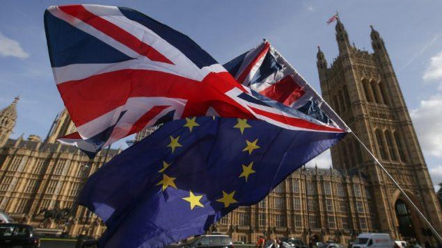 علم الاتحاد الاوروبي والعلم البريطاني في لندن، 12 اكتوبر 2017 (Daniel LEAL-OLIVAS / AFP)