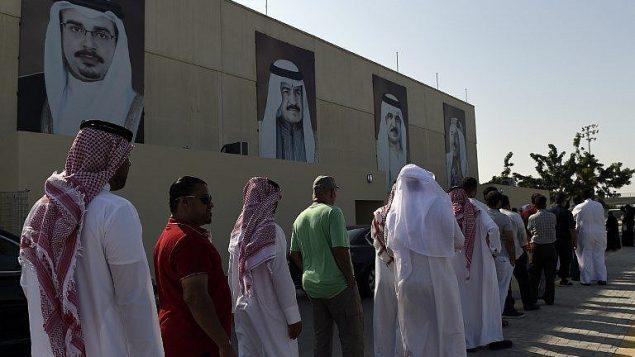 ناخبون بحرينيون ينتظرون للادلاء باصواتهم امام نقطة اقتراع في مدينة المحرق، شمال المنامة، 24 نوفمبر 2018 (AFP)