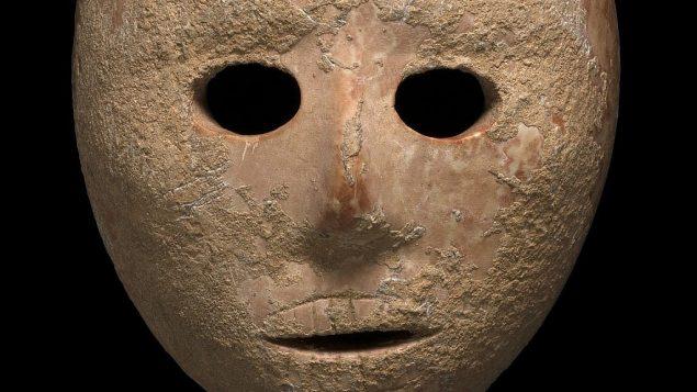 قناع حجري عمره 9 آلاف عام تم اكتشافه في منطقة جبل الخليل في جموب الضفة الغربية في أوائل 2018. (Clara Amit, Israel Antiquities Authority)