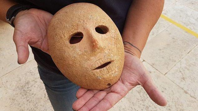 قناع حجري عمره 9 آلاف عام تم اكتشافه في منطقة جبل الخليل في جموب الضفة الغربية في أوائل 2018. (Antiquities Theft Prevention Unit, Israel Antiquities Authority)
