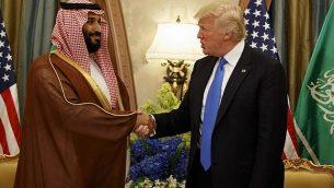 الرئيس دونالد ترامب يصافح ولي العهد السعودي وزير الدفاع محمد بن سلمان في الرياض، في 20 مايو، 2017. (AP Photo / Evan Vucci / File)